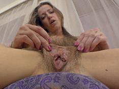 La sexy Ryisya se desnuda y se masturba